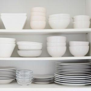 Kitchen cupboard with plates arrangement